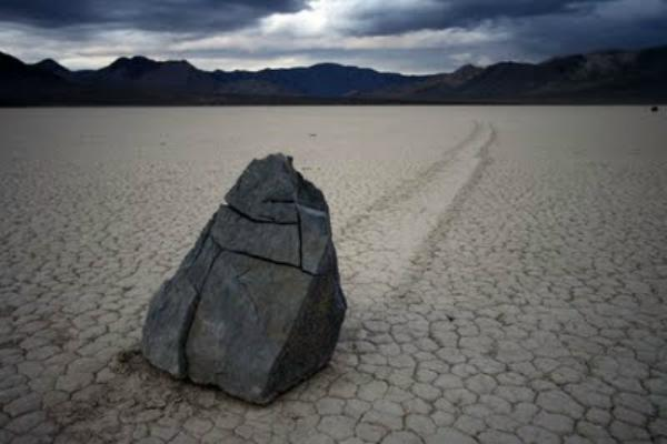 mysterious_sailing_stones_6040.jpg