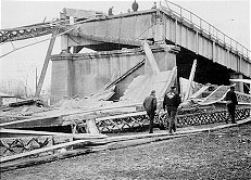 silver_bridge_collapsed,_ohio_side.jpg